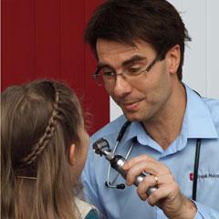 Der Hausarzt Frank Meusel untersucht eine Patientin