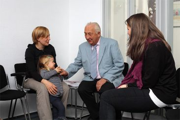 alte und junge Patienten im Wartezimmer