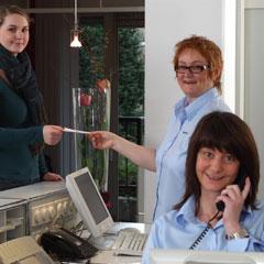 hausarzt-krefeld-Mitarbeiterinnen in der Anmeldung