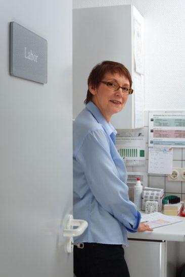 Eine Mitarbeiterin im Labor