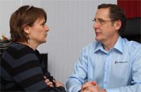 Hausarzt Dr. Möllemann im Vorsorge-Gespräch mit einer Patientin